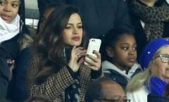 Vợ của Casillas bị ném đá vì mê điện thoại