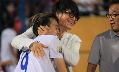 Đồng hương của thầy Park nhào xuống sân chúc mừng chiến thắng của HAGL