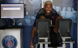 Neymar lộ vẻ mặt đau đớn khi trở lại PSG