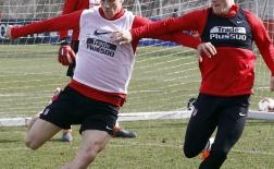 Torres và Gameiro so tài trên sân tập