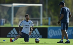 Messi 'ngoan hiền' lắng nghe từng lời dạy của Bauza