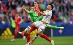 Mặc kệ cú kungfu, cầu thủ Mexico vẫn dũng cảm đánh đầu ghi bàn