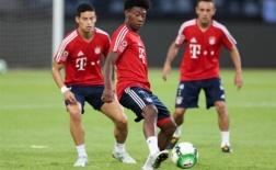 James tiếp tục quan sát trận đấu của Bayern từ ghế dự bị