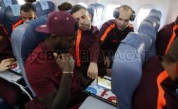 Iniesta và Umtiti tranh thủ chơi game lúc Alba ngủ quên