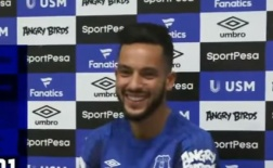Theo Walcott cười không nghỉ trong ngày ra mắt Everton