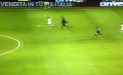Pha kiến tạo từ cuối sân của thủ thành Roma trong trận đấu với Inter