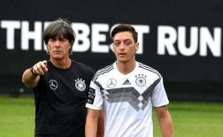Joachim Low nghiêm mặt 'giáo huấn' Ozil lẫn Reus trong ngày hội quân