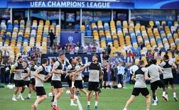 Buổi tập làm quen sân Olimpiyskiy của Liverpool