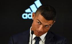 Ronaldo nháy mắt ẩn ý trong buổi họp báo ra mắt Juventus