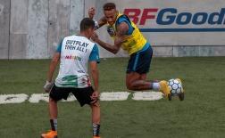 Neymar phô diễn kỹ thuật trên sân bóng 5 người