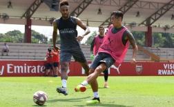 Hậu scandal, Ozil khiến Aubameyang méo mặt vì bị 'nhồi đừ' trên sân tập