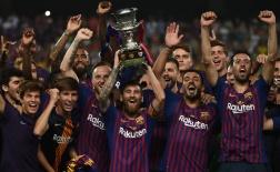 Đánh bại đội bóng của Carlos Tevez, Messi cùng các đồng đội nâng cao cúp Joan Gamper