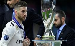 Thất bại toàn diện, Ramos thẫn thờ nhìn Siêu cúp rơi vào tay đại kình địch