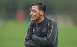 Ozil rét run người khi cơn mưa chợt đổ xuống sân tập Arsenal