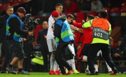 CĐV quá khích lao vào sân và đây là cách Ronaldo đáp trả