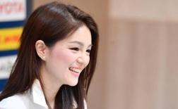 Sau nữ trưởng đoàn xinh như mộng, Thái Lan tiếp tục giới thiệu một mỹ nhân ở AFF Cup
