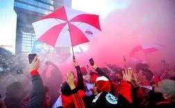 CĐV Boca Juniors và River Plate hò hét, đốt pháo sáng loạn cả khu Madrid