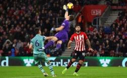 Leno tập làm người nhện, đấm bay luôn 22 trận bất bại của Arsenal