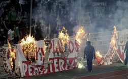 Pháo sáng, hơi cay, derby Hy Lạp phải kết thúc sớm ở phút 70