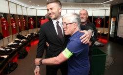 Bạn cũ bật khóc khi gặp lại Beckham sau 20 năm