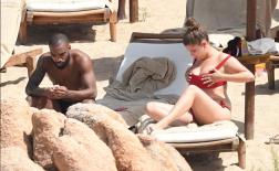 Lacazette hờ hững bấm điện thoại mặc bạn gái khoe ngực khủng