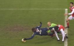 Sốc! Kylian Mbappe cố tình dùng tay đưa bóng vào lưới