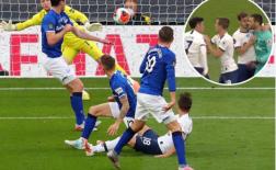 'Gà nhà' xô xát, Tottenham giành 3 điểm nhờ 'ăn may'