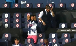 Nhìn Varane 'tấu hài', Ramos phản ứng ra sao?