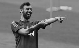 Bruno Fernandes cười tít mắt, sẵn sàng cho trận đại chiến Sevilla