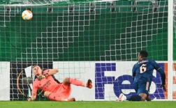 Aubameyang giải cứu đồng đội 'thảm họa', Arsenal ngược dòng trong cơn mưa thẻ