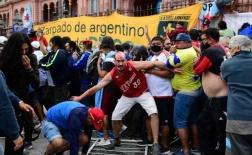 Máu và nước mắt đã rơi! Đám tang Diego Maradona chìm trong bạo loạn