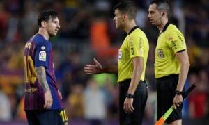 Messi từ chối bắt tay trọng tài; HLV Barca mỉa mai BLĐ La Liga