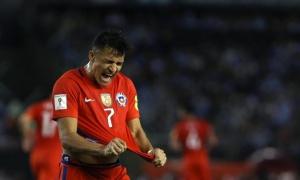 Thua liền 2 trận, Sanchez vẫn được dựng tượng vinh danh