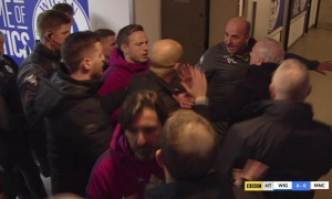 Man City thua sốc, Guardiola nổi nóng hành hung HLV đối thủ