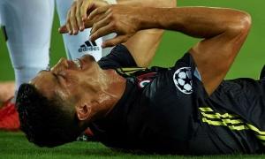 Huyền thoại Man Utd tiết lộ lý do Ronaldo 'khóc như mưa' sau tấm thẻ đỏ