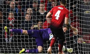 Phil Jones sút hỏng phạt đền và đây là cách Mourinho hành xử với anh
