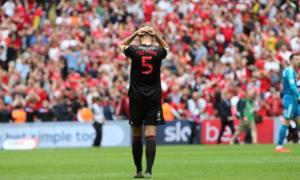 Thủng lưới phút bù giờ, 'Mèo đen' vẫn ở rất xa Premier League