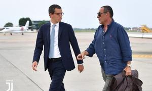 SỐC: Quần áo xộc xệch, tân HLV Juventus đã đặt chân đến Turin