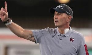 Hành động rơi nước mắt của các cầu thủ Bologna sau trận thắng Brescia