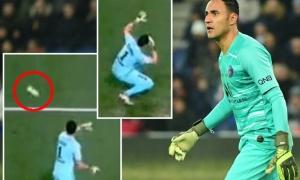 Đang yên đang lành, 'người nhện' của PSG bất ngờ bị 'ám sát', đổ gục xuống sân