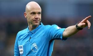 'Thánh thẻ đỏ' Premier League làm tình nguyện viên chống COVID-19