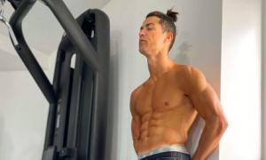 Ronaldo khoe body đỉnh cao trong lúc chống dịch