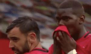 Bruno Fernandes sút phạt, Pogba nhắc 1 lời