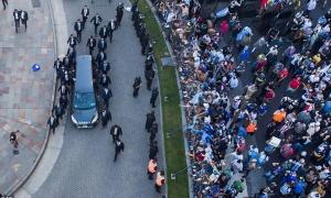Hàng nghìn người xếp hàng dài tiễn đưa Diego Maradona về nơi an nghỉ cuối cùng