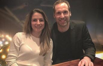 Petr Cech bảnh bao hộ tống đội nữ Arsenal đi ăn tối
