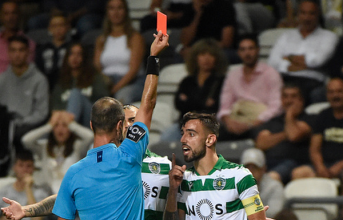 Ăn thẻ đỏ, sao 'hụt' của Man United có hành động khó tin
