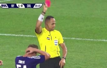 Lịch sử: Trọng tài rút thẻ đỏ sau khi dừng trận đấu xem video quay lại