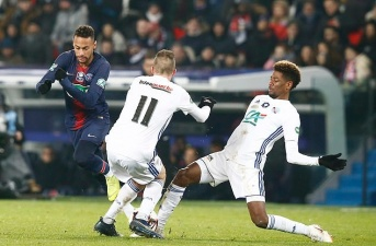 Đối thủ răn đe Neymar: 'Nếu cứ đá láu cá thế, đừng hỏi sao bị chặt chém'