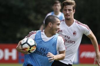 Montella cho cầu thủ chơi 'bóng chuyền' trước cuộc đấu với Crotone