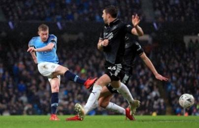 """Sút xa sấm sét, kiến tạo tuyệt vời; De Bruyne giúp Man City """"bắn hạ"""" Burnley"""
